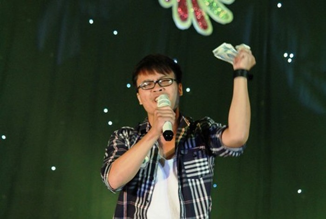 Clip hot: Sinh viên trường báo vừa hát vừa vung tiền ra sân khấu