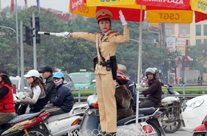 Cư dân mạng hết lời khen ngợi nữ cảnh sát giao thông thủ đô