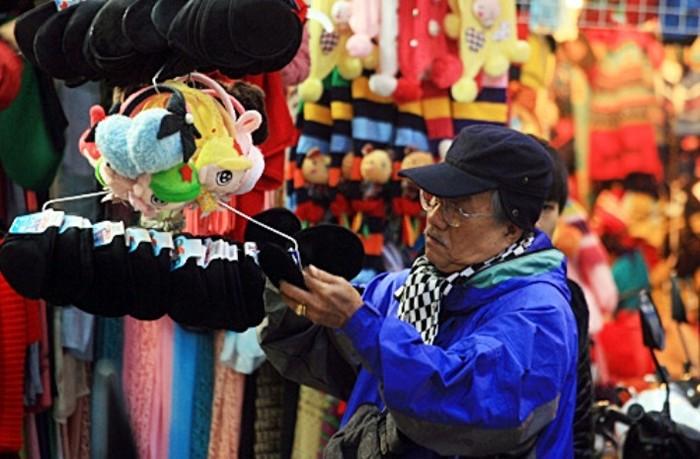 Xếp hàng trên phố len Hà Nội mua đồ chống rét