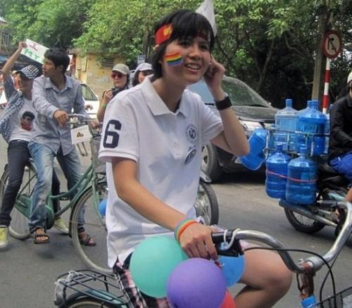 Hàng trăm sinh viên đạp xe diễu hành kêu gọi ủng hộ người đồng tính
