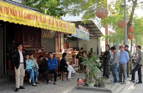 Đến cuối giờ chiều, vẫn còn nhiều người tụ tập đòi siết nợ tại căn nhà số 32BT8, Khu đô thị Văn Quán. Ảnh: N.M