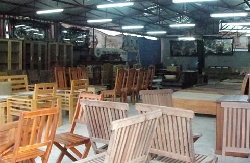 Khu nhà xưởng và trưng bày sản phẩm của cửa hàng vẫn mở cửa với nhiều đồ gỗ bên trong.