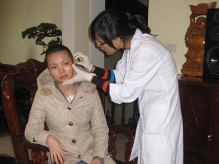 - Bác sỹ của Bệnh viện Thu Cúc đang kiểm tra vết thương trên mặt của G