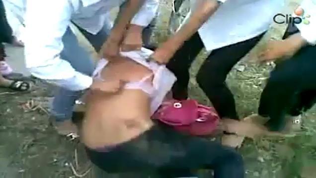 Sốc: 5 nữ sinh văng tục, lột áo, đánh nhau