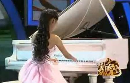 Clip xúc động: Cô gái cụt tay chơi đàn piano điêu luyện
