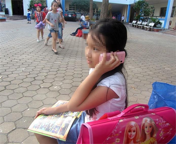 Chùm ảnh: Học sinh tiểu học xài điện thoại đắt tiền