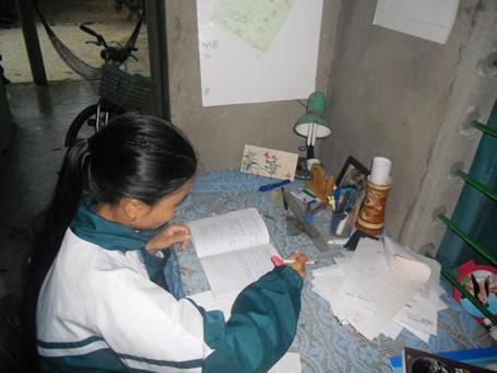 Nữ sinh mồ côi vượt khó học giỏi