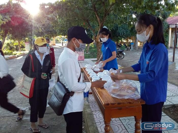 Bữa cơm nghĩa tình ấm lòng cho thí sinh vùng cao Quảng Trị thi tốt nghiệp