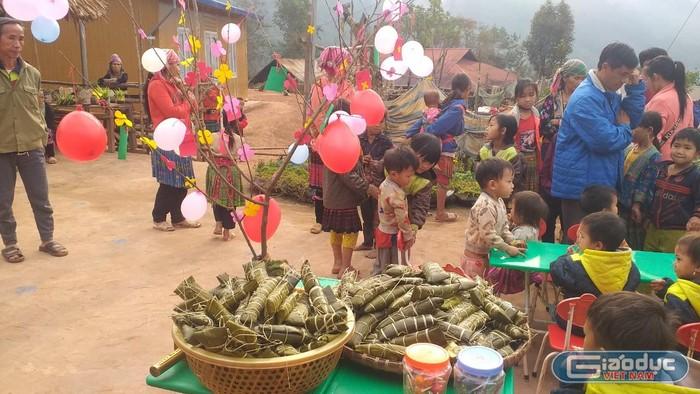 Bố mẹ góp gạo cùng Trường Mầm non Tà Tổng cho các con gói bánh chưng đón Tết