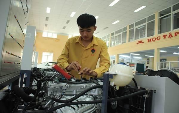 Tạ Đức Hùng, sinh viên giỏi nghề ô tô, khéo 'thắp lửa' Đoàn ở Đại học Sao Đỏ