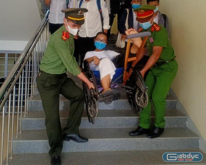 Xúc động hình ảnh chiến sĩ công an cõng thí sinh gãy chân ở Quảng Trị