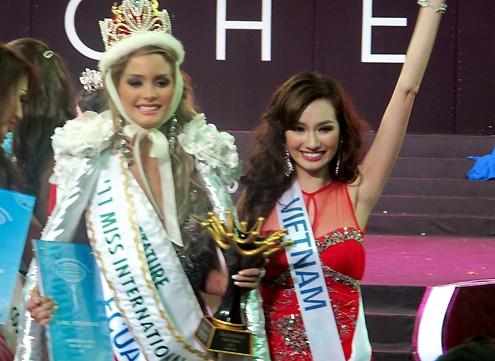 Trương Tri Trúc Diễm chia sẻ niềm vui cùng tân hoa hậu người Ecuador (trái).