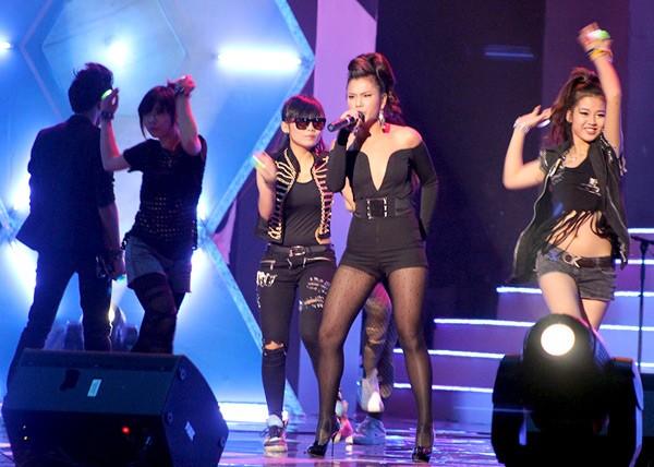 Phương Vy mở màn cho đêm nhạc và nhận được nhiều tình cảm của khán giả.