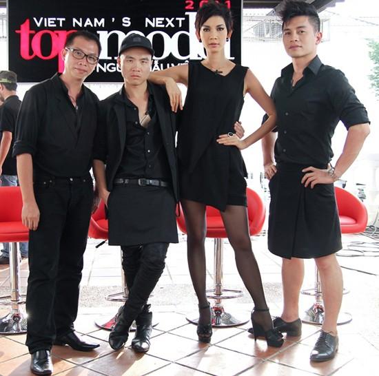 """""""Bộ tứ giám khảo"""" mùa 2011 cũng bị các giám khảo mùa trước mỉa mai là đã chọn những thử thách không phù hợp với nghề người mẫu."""