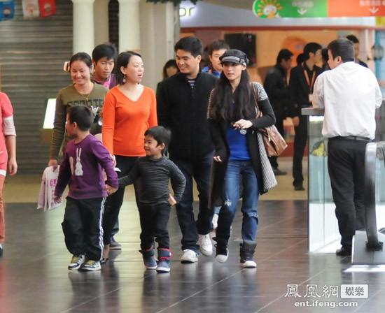 Mặc dù đang rất bận rộn với công việc, Trương Bá Chi vẫn tranh thủ đưa con trai Lucas đi chơi