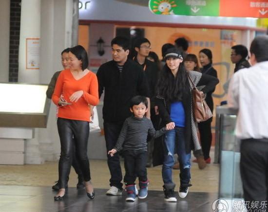 Trương Bá Chi mặc chiếc áo len bó màu xanh, làm nổi rõ phần bụng.