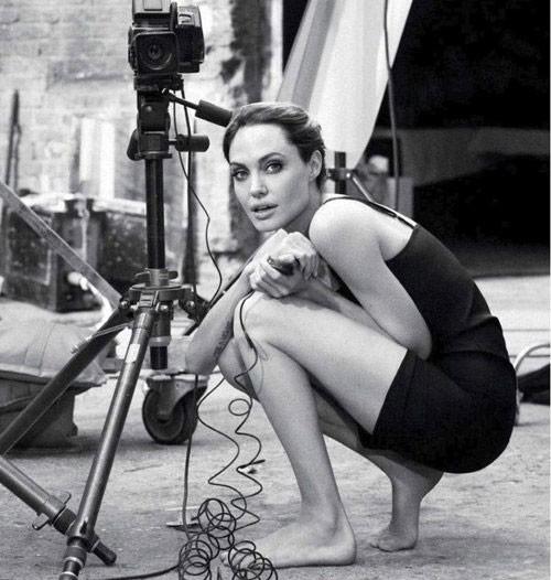 Angelina Jolie xuất hiện ấn tượng trên tờ Marie Claire.