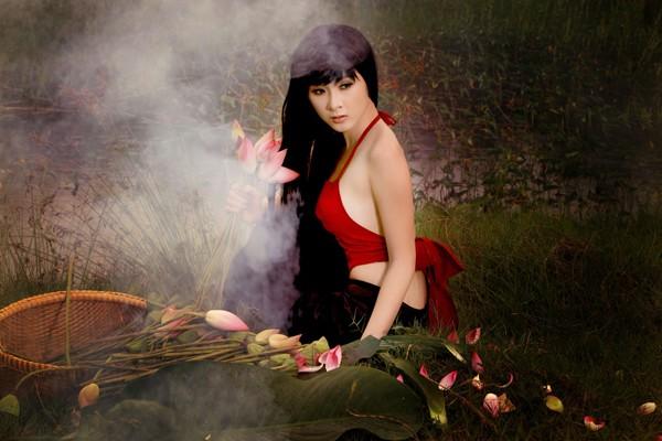 Qua ống kính nhiếp ảnh Ngô Nhật Huy, Phương Trinh khoe nét gợi cảm với yếm mỏng và thoáng.