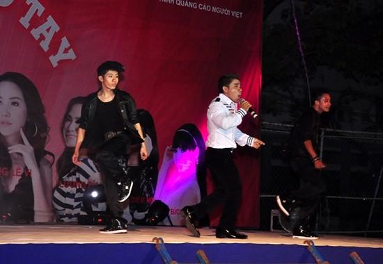 Phạm Văn Mách ngày càng chứng tỏ sự đầu tư cho nghiệp ca hát. Tiết mục biểu diễn của anh còn có sự góp mặt của vũ đoàn chuyên nghiệp.