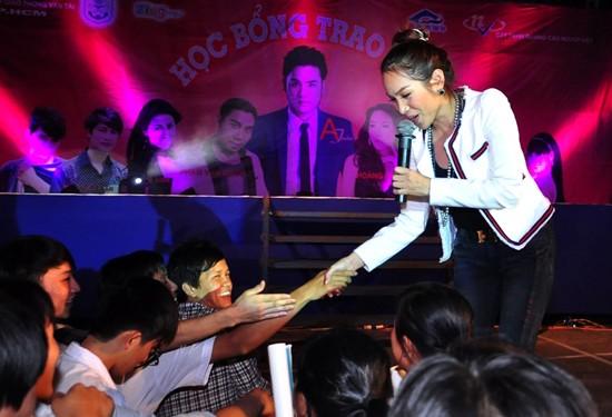 Giọng hát và phong cách thân thiện của nữ ca sĩ gốc Phú Yến nhận được sự yêu mến của các bạn trẻ.