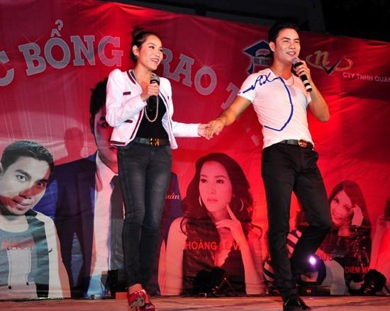 Hoàng Lê Vy còn biểu diễn song ca với nam ca sĩ A Tuân chủ nhân của đêm diễn