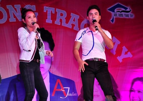 Giọng hát truyền cảm và ăn ý của hai ca sĩ thu hút các sinh viên hát theo.