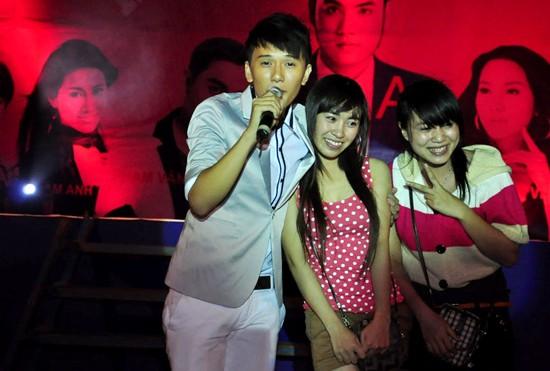 Nam ca sĩ Khắc Minh cũng nhận được nhiều sự tán thưởng khi biểu diễn các ca khúc đậm chất sinh viên.