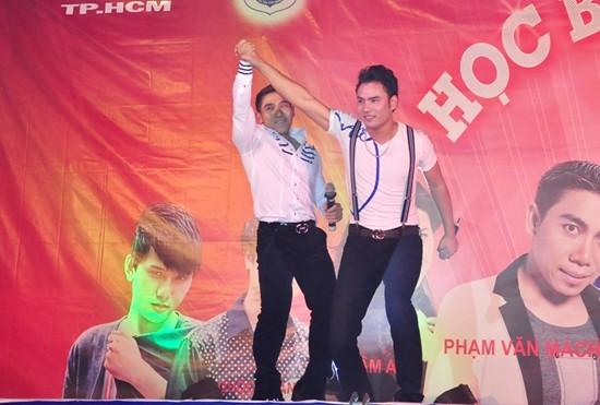 A Tuân biểu diễn chung với khách mời Phạm Văn Mách trong
