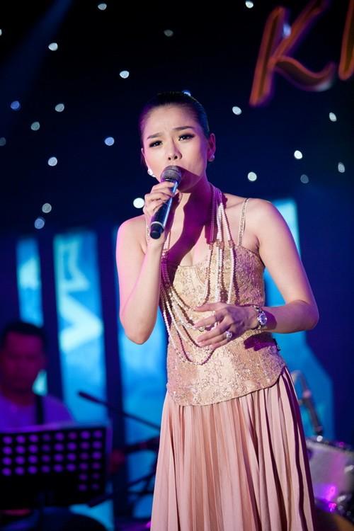 """Thời gian này, Lệ Quyên dồn toàn tâm toàn ý vào cho liveshow đầu tiên trong sự nghiệp ca hát mang tên """"Khúc tình xưa 2"""" ở nhà hát TP HCM vào ngày 25/12 tới. Cô cho biết, đây là show diễn mở đầu cho liveshow hoành tráng vào năm 2012."""