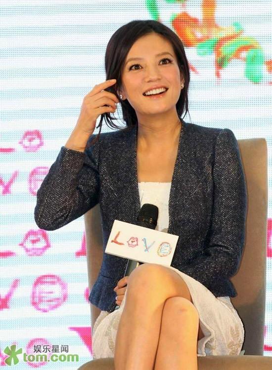 """Gương mặt trang điểm nhẹ nhàng khiến cô đào càng tươi tắn. """"Love"""" của đạo diễn Nữu Thừa Trạch đánh dấu sự hợp tác giữa Én nhỏ và các nghệ sĩ Đài Loan như Nguyễn Kinh Thiên, Bành Vu Yến..."""