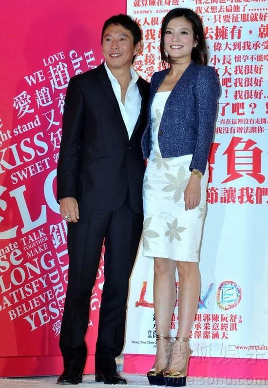 Người đẹp và đồng nghiệp Triệu Hựu Đình sánh vai ra mắt báo giới. Trong phim, họ sẽ là một cặp tình cờ gặp gỡ và nên duyên.