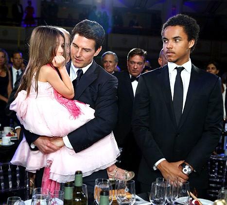 Tom Cruise và con gái Suri, con trai nuôi Conor tại gala