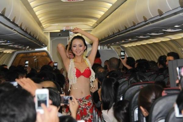 Màn trình diễn bikini gây shock trên chuyến bay TP.HCM - Nha Trang