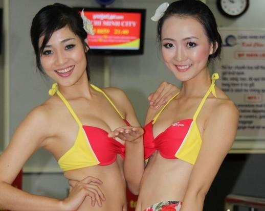 Toàn bộ ảnh vụ mặc bikini trên máy bay xôn xao facebook Việt