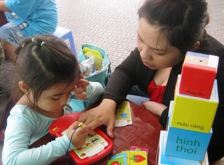 """Trẻ nghỉ sớm, phụ huynh phải xoảy xở nhiều cách """"quản"""" trẻ trong tuần cận Tết."""
