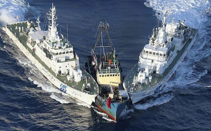Video: Tàu cá Trung Quốc manh động lao vào Senkaku trên biển Hoa Đông