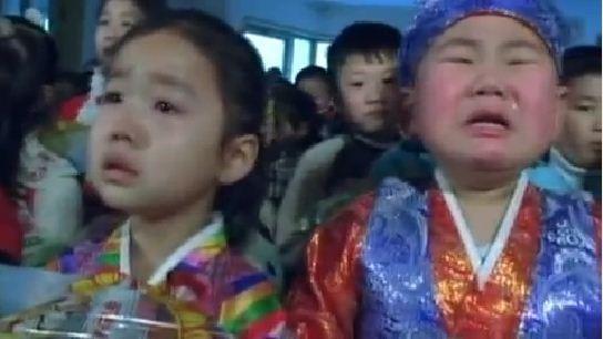 Video: Trẻ em Triều Tiên òa khóc khi nhận kẹo