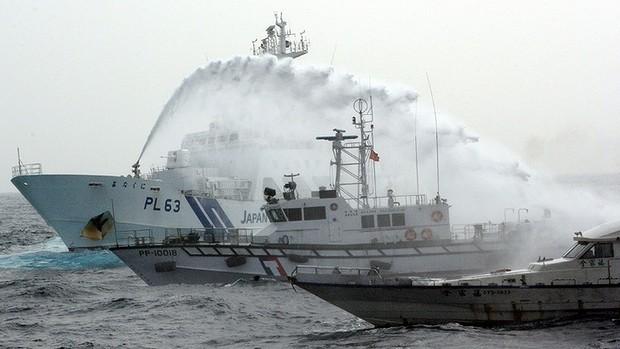 Vòi rồng Nhật Bản bắn vỡ tàu cá Đài Loan