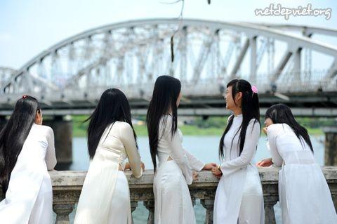 Ngắm nữ sinh Huế lãng mạn và dịu dàng trong nắng thu - Giáo dục Việt Nam