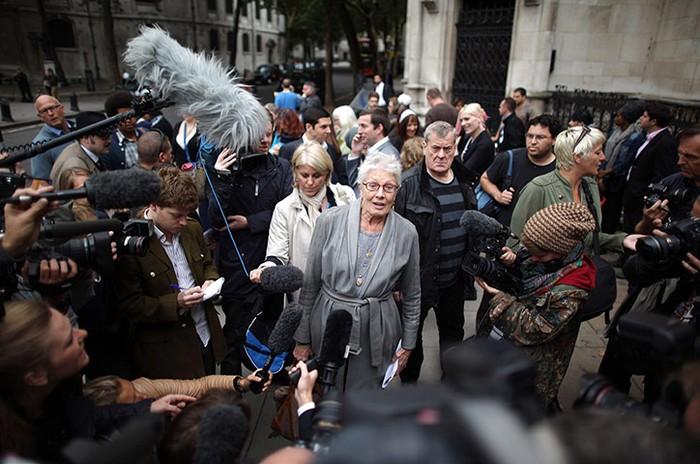 Diễn viên Vanessa Redgrave nói với phóng viên khi bà tới ủng hộ 80 gia đình bị trang trại Dale đuổi khỏi nơi ở tại Essex, London, Anh