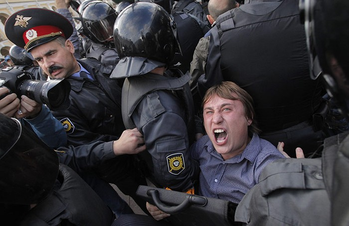 Cảnh sát bắt giữ một người hoạt động đối lập trong cuộc biểu tình chống chính phủ ở St Petersburg, Nga