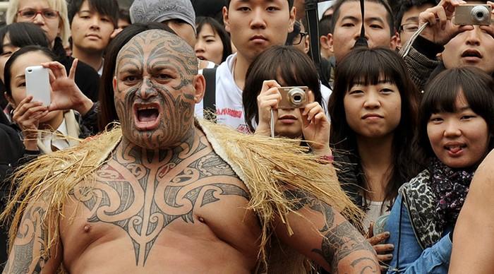 Một chiến binh Maori biểu diễn khi đón tiếp đội tuyển bóng bầu dục Nhật bản tới Auckland, New Zealand
