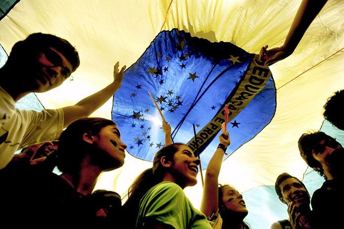 Một nhóm sinh viên mang cờ Brazil trong lễ diễu hành ở thủ đô Brasilia.