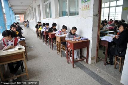 Bắt học sinh dốt ngồi ngoài hành lang trong giá rét