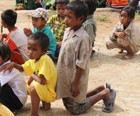 Chùm ảnh: Rơi nước mắt, học sinh quỳ đất trong lễ khai giảng