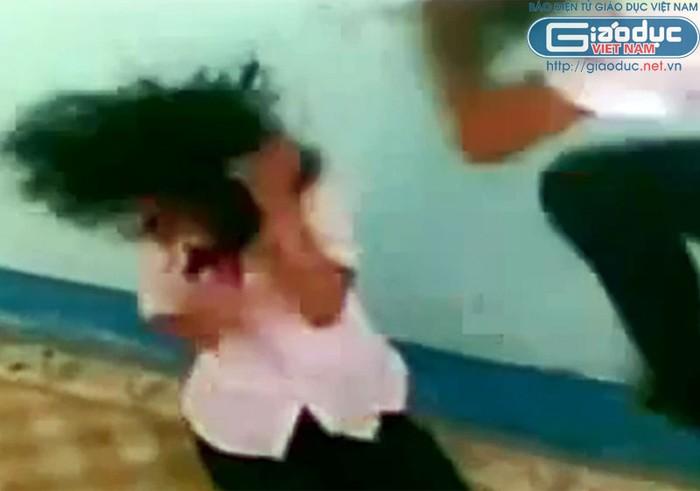 Chùm ảnh: Kinh hoàng nữ sinh bị bắt quỳ, bị lột áo, bị đạp vào đầu