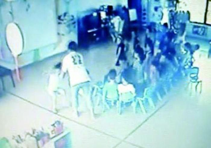 Kinh hoàng: Cô giáo mầm non bạt tai, đánh trẻ không thương tiếc