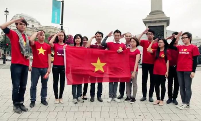 Xúc động clip hát Quốc ca Việt Nam ở London