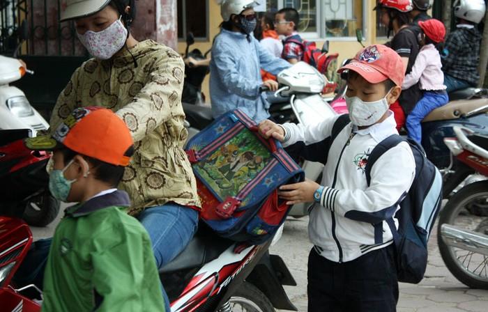 Chùm ảnh: Học sinh Hà Nội co ro trong cái lạnh đầu mùa