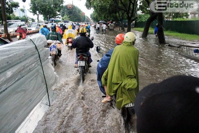 Chùm ảnh: Người Hà Nội khốn khổ vật lộn giữa biển nước